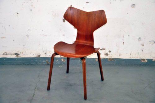 Ein Stuhl Wird Gestützt Durch Vier Beine Und Eine Lehne; Dennoch Kann Ein  Stuhl Auch Drei Beine, Unterschiedliche Dimensionen Und Formen Haben, ...